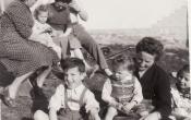 Baráti társaság 1954 nyarán a Ringeisz sori pince előtt.