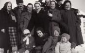 Baráti társaság a Téglagyári pince előtt 1953 telén.