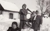 Gyerekek a Téglagyári pincesoron 1953 telén.