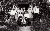 Pinceszer 1926-ban- Ülők: Hrudicska Korrnélia, Csurgó István, Travnik Karcsika. Állók balról jobbra: Hrudicska Leo, Vajnai Margit, H. Gizella H.-né Vásárhelyi Nagy Teréz, H. László, H- Irén, Travnik-leány, Travnik Béla (fotó: Csurgó István)