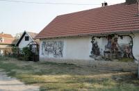Monori Pincefalu, Egy pince festményekkel a homlokzatán