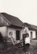 Család a Téglagyári pincesor előtt 1953-ban