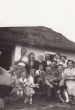 Rokoni és baráti társaság az öreg pince előtt 1953 nyarán.